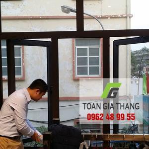 Thi công Cửa nhôm Xingfa, Cửa cuốn, Kính màu ốp bếp, Vách tắm kính nhà chú Cường làng Rùa, Thanh Thùy, HN