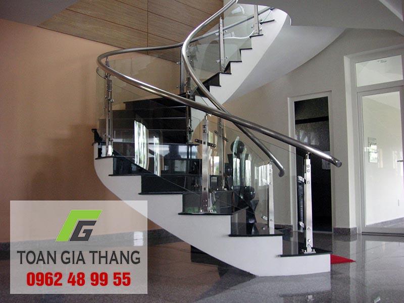 cau-thang-kinh-co-dat-khong (4)