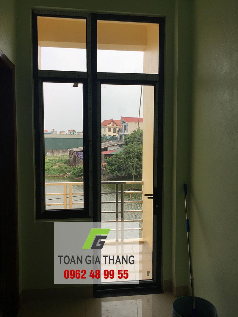cua-di-nhom-xingfa-co-hoan-rua-thuong