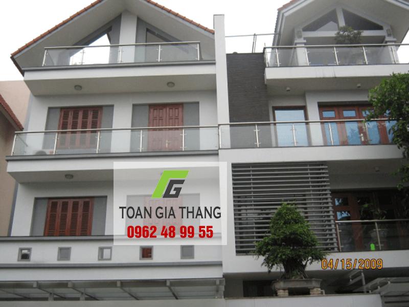 Thi-cong-lan-can-kinh-tru-inox