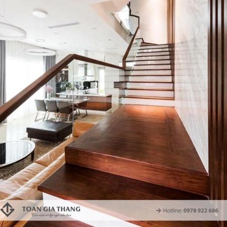 Cầu thang kính cường lực tay vịn gỗ Lim Nam Phi