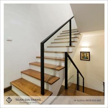 Cầu thang kính tay vịn gỗ đẹp