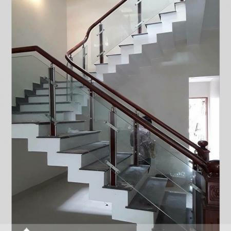 Các mẫu cầu thang kẹp kính đẹp nhất trên thị trường