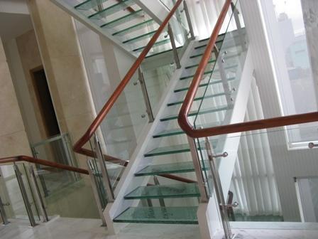 cổ cầu thang bằng kính.jpg1